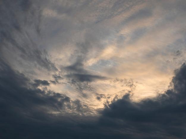 夕方の空の素晴らしいグラデーション。夕暮れ時のカラフルな曇り空。空のテクスチャ、抽象的な性質の背景、ソフトフォーカス。 Premium写真