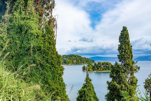 맑은 물과 코르푸 섬의 큰 돌이있는 놀라운 그린 베이