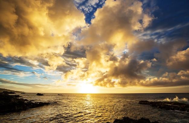 素晴らしい夕日の素晴らしいハワイアンビーチ