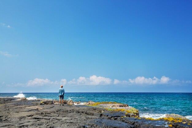놀라운 하와이 해변. 서퍼와 일몰 또는 일출 바다에서 파도. 따뜻한 일몰 색상으로 물결. 오아후 해변, 미국.