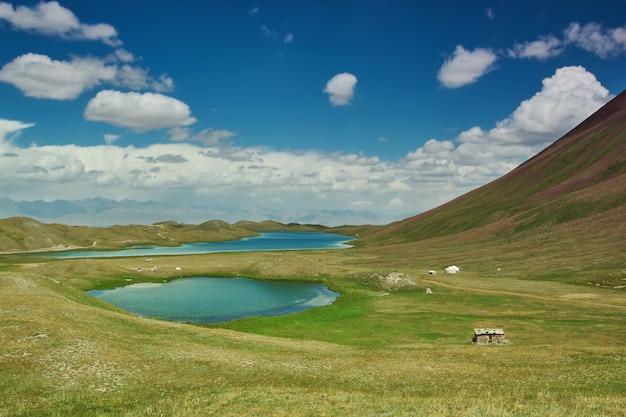 Удивительный озерный пейзаж с пасмурным небом