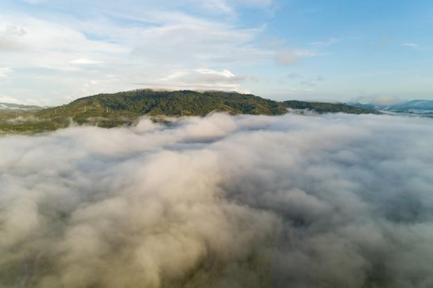 Удивительный пейзаж, легкий вид на природу, красивый свет восхода или захода солнца над тропическим морем и туманный туман на вершине горы в таиланде. вид с воздуха. снимок с дрона. высокий угол обзора.