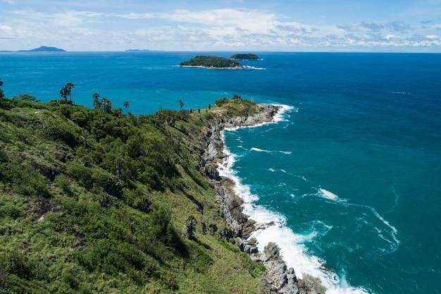 Laem promthep phuket thailand에 위치한 공중 뷰 드론 탑다운, 높은 각도의 전망을 통해 여름 시즌에 바다 해안 전망을 갖춘 아름다운 열대 바다의 놀라운 풍경 자연 경관을 감상하실 수 있습니다.