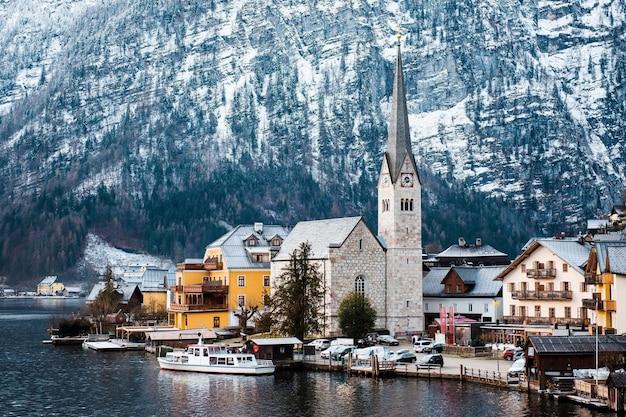 호수 근처의 전통 가옥이있는 오래된 오스트리아 마을의 놀라운 풍경