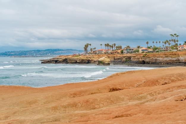 Удивительный пейзаж береговой линии пляжа сансет клифс в пасмурном сан-диего, калифорния