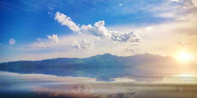 아르메니아를 탐험하는 구름과 산 호수와 푸른 하늘이 있는 놀라운 풍경