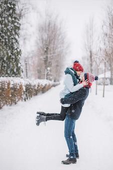 Incredibile coppia di innamorati abbracciando in nevicata