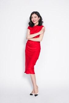 Удивительная роскошная азиатская женщина в стильном красном вечернем платье