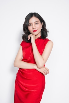 세련된 빨간 파티 드레스를 입은 놀라운 고급 아시아 여성