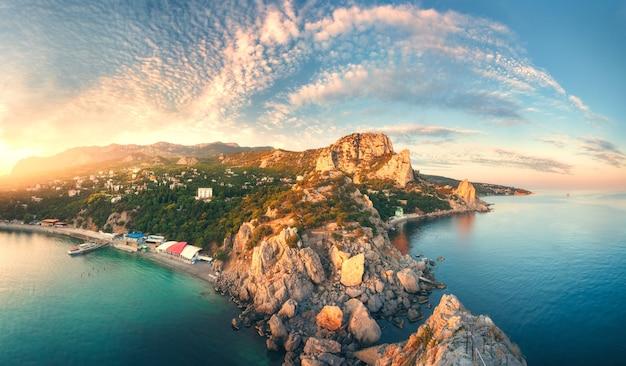 Удивительный горный пейзаж на рассвете. прекрасный вид с горной вершины на синее море, высокие скалы, пляж, лес и красочное голубое небо с облаками летом. путешествуйте по европе. морской пейзаж