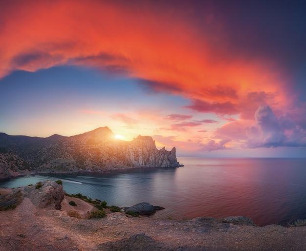 日没時の素晴らしい山の風景