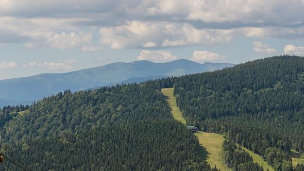 푸른 하늘에 흰 구름이 있는 놀라운 산 풍경, 우크라이나 카르파티아스의 화창한 여름날. 자연 야외 여행 배경입니다.