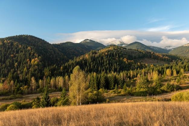 Удивительный горный пейзаж с красочным ярким закатом на голубом небе. природный открытый путешествия фон