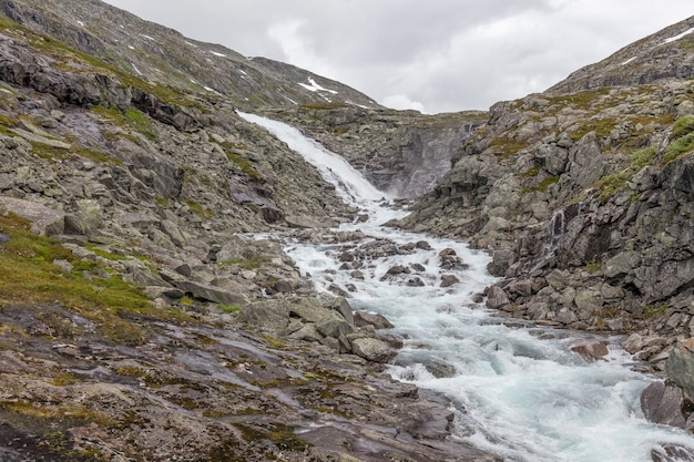 Изумительная горная река в долине в норвегии. пейзаж. бирюзовая река. быстрый поток горной реки в норвегии