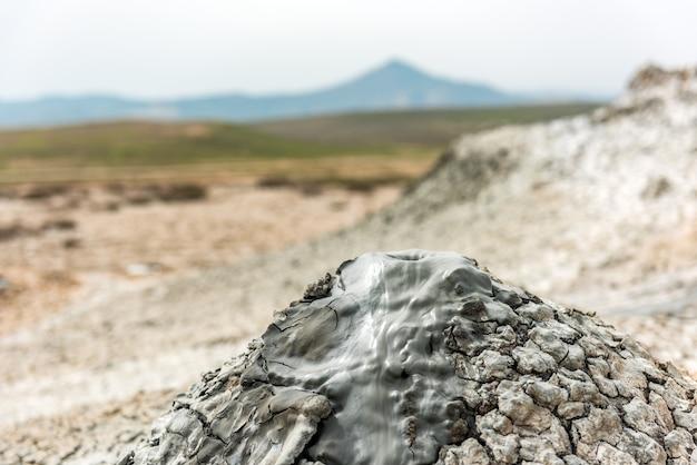 Удивительный грязевой вулкан
