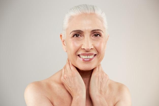 Удивительная голая пожилая женщина позирует