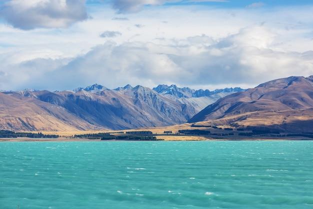ニュージーランドの素晴らしい自然の風景。日没時の山の湖。