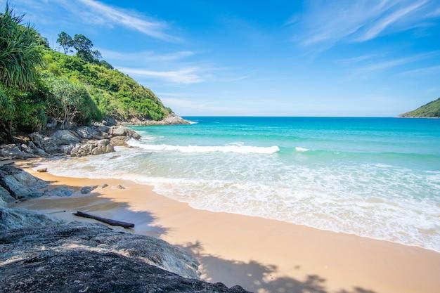 夏の日に美しい素晴らしい自然のビーチの海