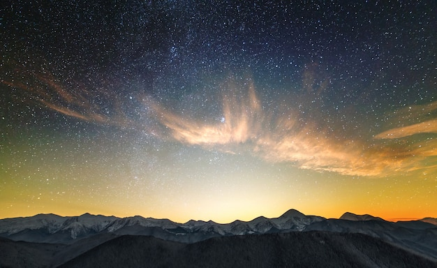 높은 봉우리가있는 놀라운 밤 산 풍경