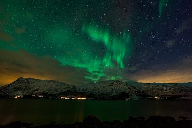 놀라운 북극광, 유럽 북부의 산 너머의 오로라 보 리 얼리 스-lofoten 섬, 노르웨이