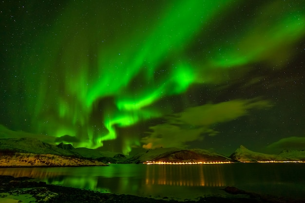 素晴らしいオーロラ、北ヨーロッパの山の上のオーロラ-ロフォーテン諸島、ノルウェー