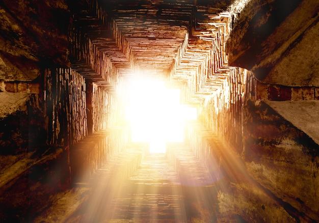 穴からの金色の光のすごい。美しい光線とレンズフレアで輝く太陽