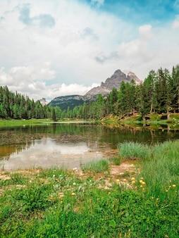 イタリアのドロミテの山の夏の風景の素晴らしいパノラマ
