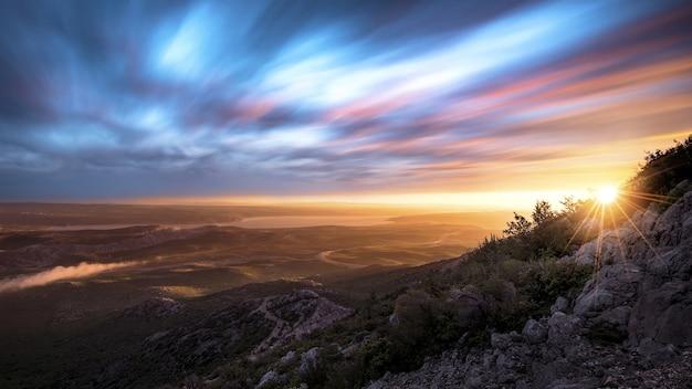 クロアチア、ダルマチア北部にある日没時のズルマニャ渓谷の素晴らしいパノラマ写真