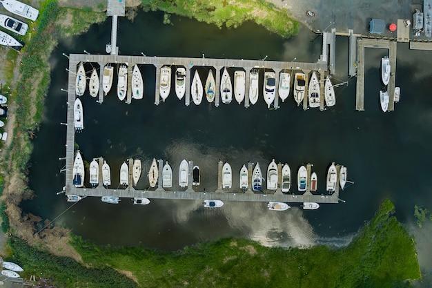 アメリカの海の近くに浮かぶ多くのボートのための素晴らしいパノラマビューの小さな港