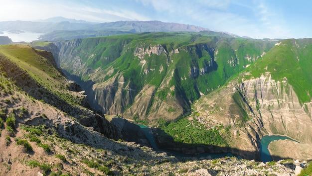 봄에 거대한 sulak canyon의 놀라운 파노라마 전망. 러시아 다게 스탄 공화국 여행.
