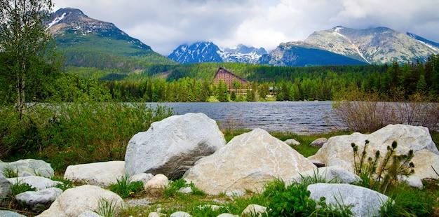 湖とスロバキアの山々の素晴らしいパノラマビュー