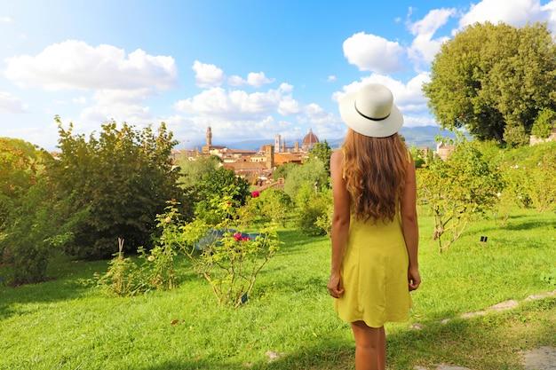 Удивительная фотография молодой женщины, открывающей для себя флоренцию, родину эпохи возрождения в италии.
