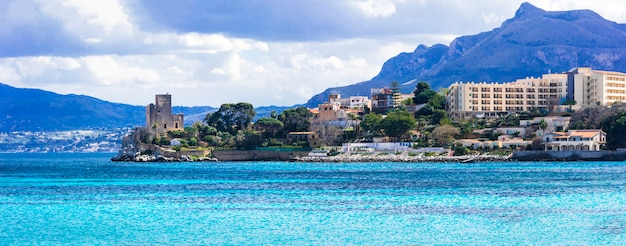 古い城のある素晴らしい絵のように美しい小さな海岸沿いの町サンタフラビア。イタリア、シチリア島