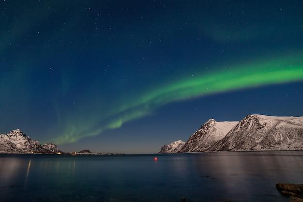 北ヨーロッパの山々に広がる素晴らしい極光、オーロラ