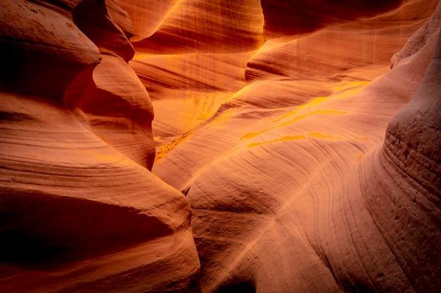 Удивительные красные, оранжевые и фиолетовые цвета в нижней антилопе, аризона. соединенные штаты