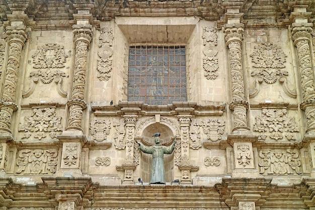 ラパスボリビアのサンフランシスコバロック教会のファサードの驚くべき救済