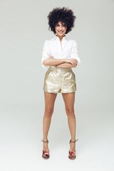 シャツに身を包んだ素晴らしいレトロな女性