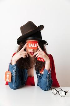 눈을 덮고 판매 표지판을 입고 놀라운 판매 쇼핑 아가씨