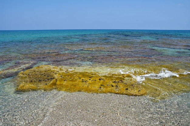 美しいきれいな海と波。旅行や休暇のための夏の背景。ギリシャクレタ.. amazing sce