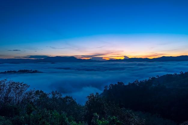 놀라운 풍경 자연 풍경 자연 보기 카오 카이 누이 팡아 태국에서 아침 일출 또는 일몰에 산 정상에 흐르는 안개 또는 안개의 공중 보기 무인 항공기 카메라 사진.