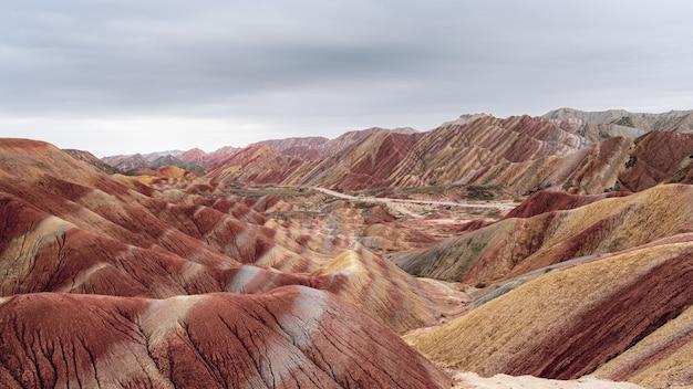 Удивительные пейзажи разноцветных гор под пасмурным небом