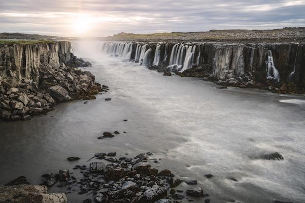 Изумительный пейзаж водопада selfoss в исландии.