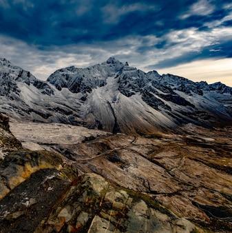 바위가 많은 추운 안데스 산맥의 놀라운 풍경