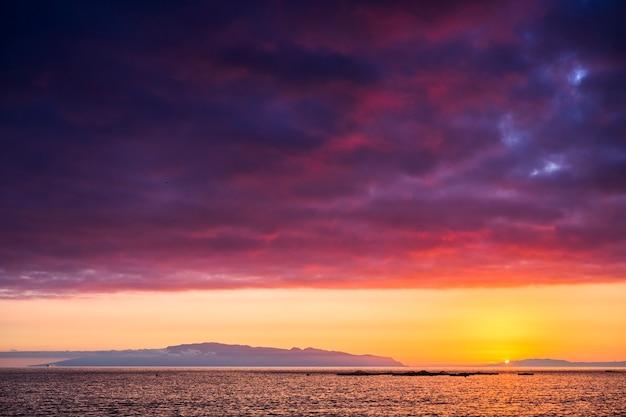 Удивительный живописный пейзаж, сделанный во время чудесного заката над океаном