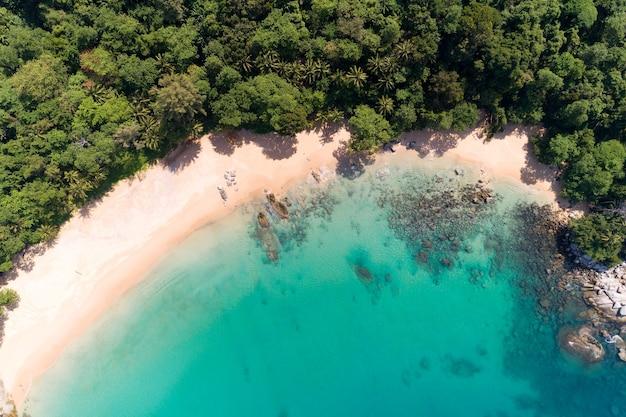 놀라운 바다 공중 보기 해변 자연 배경 아래로 가기 아름 다운 열 대 해변 록 키 산맥과 맑은 여름 날 푸 켓 태국 바다의 청록색 맑은 물 풍경 배경입니다.