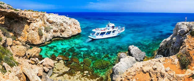 Удивительное море и скалы на кипре