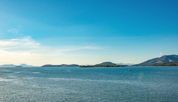 코르푸 섬, 그리스 근처 맑은 물과 놀라운 sealine. 이오니아 바다, 산의 아름다운 풍경. 화창한 날씨.