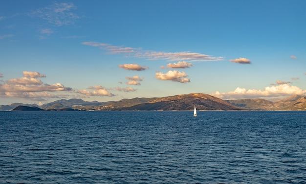 코르푸 섬 근처의 맑은 물이있는 놀라운 해선