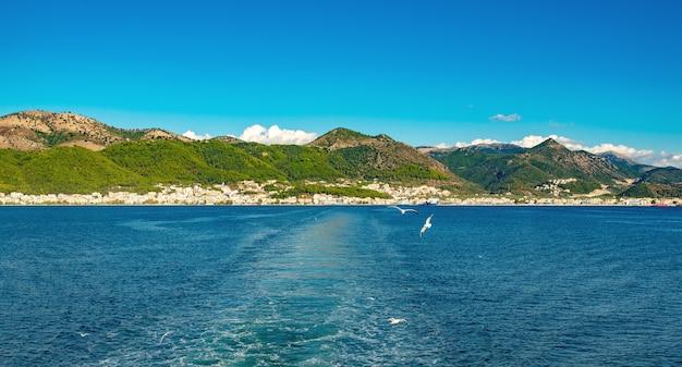 맑은 물, 보트 후 트레일, 그리스와 함께 놀라운 해선. 이오니아 바다, 배경에 섬의 아름 다운 풍경. 화창한 날씨.