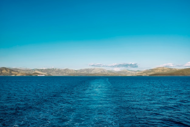 맑은 물, 보트 후 트레일, 그리스와 함께 놀라운 해선. 이오니아 바다, 섬의 아름다운 풍경. 화창한 날씨.